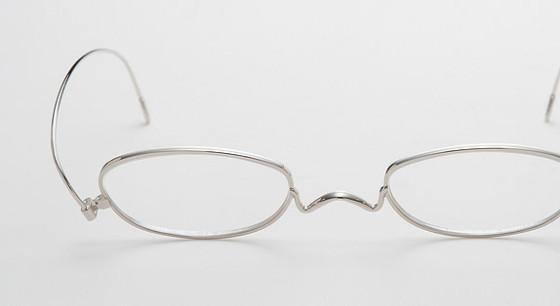 薄さはわずか2mm!2013年度GマークBEST100も受賞した、新しい丁番の形を活かした驚く薄さの老眼鏡『 Paper glass 』2