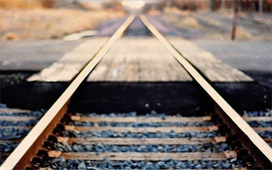 列車の線路をクローズアップした、とても綺麗な壁紙素材が配布中です5