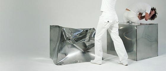 【超危険!】ハンマーでぶっ叩きながら座面を形作っていく椅子