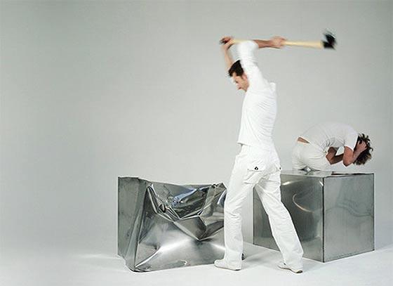 ハンマーでぶっ叩いて座面を形作っていく椅子1