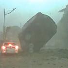 【動画】まさに間一髪!すんでの所で落石・土砂災害から助かったドライブレコーダー映像