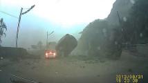 まさに間一髪!すんでの所で落石・土砂災害から助かったドライブレコーダー映像3