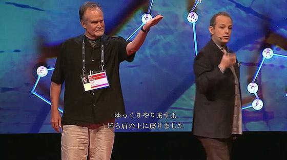 何度見ても分からない?!世界最高の天才スリ師アポロ・ロビンス氏の妙技が素晴らしいTEDでの講演5
