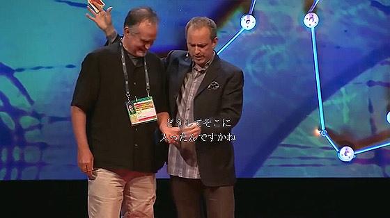 何度見ても分からない?!世界最高の天才スリ師アポロ・ロビンス氏の妙技が素晴らしいTEDでの講演7