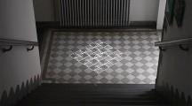 タイル模様がヌルヌルと動き出す、不思議な無重力感を感じるプロジェクションマッピング映像『 time tilings [stuk] 』2