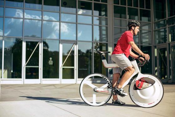 前輪の中に荷物を入れてしまうという、大胆な発想の自転車『 Transport 』1