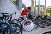 前輪の中に荷物を入れてしまうという、大胆な発想の自転車『 Transport 』14