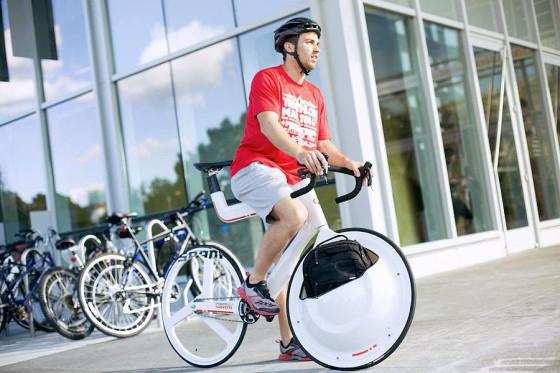 前輪の中に荷物を入れてしまうという、大胆な発想の自転車『 Transport 』16