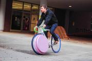 前輪の中に荷物を入れてしまうという、大胆な発想の自転車『 Transport 』5