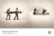 車両を上から見下ろした映像を見せるエリアビューの良さを伝える、フォルクスワーゲンのポスター広告1