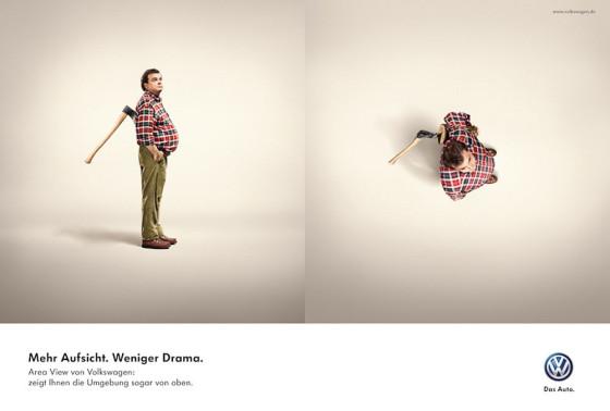 車両を上から見下ろした映像を見せるエリアビューの良さを伝える、フォルクスワーゲンのポスター広告2