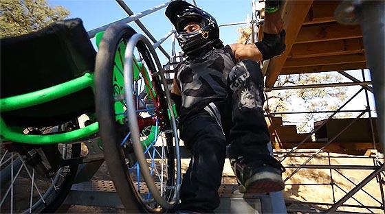 車椅子で宙を舞う!車椅子に乗ったまま縦横無尽に駆け回る、とてもハードでスポーティなフリースタイル映像1